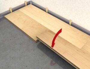 Opuszczanie paneli - widok wraz z układem kołków dylatacyjnych.
