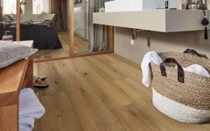 Drewniana podłoga w pomieszczeniu